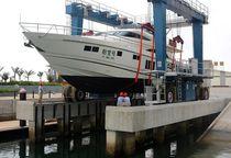 Carretilla elevadora de tipo straddle (horcaja) para aplicaciones marinas