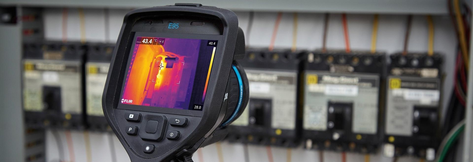 Cámara de la toma de imágenes térmica del FLIR E95 - inspección eléctrica