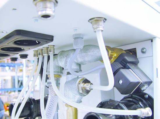 Zubler utiliza conexiones roscadas con una manga del lanzamiento del Eisele BasicLine para las conexiones del aire comprimido del sistema de succión de la estación de FZ2 Variomatic 4 (foto: Zubler)