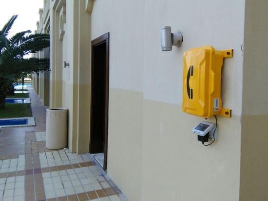 El teléfono de emergencia instalado al lado de la entrada