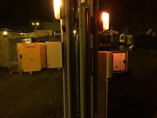 Foto de la instalación del teléfono de la emergencia KNZD-39
