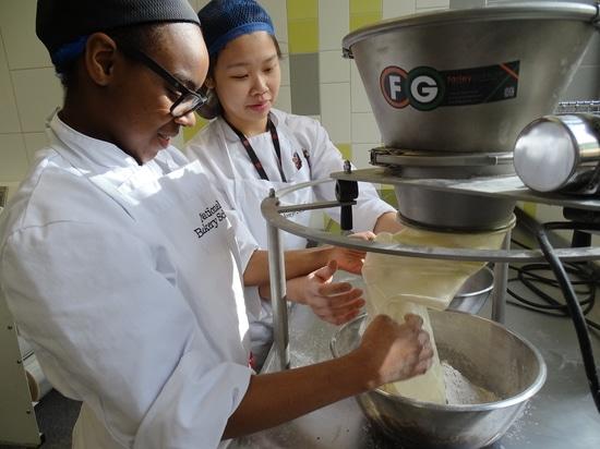Farleygreene es orgulloso compartir su conocimiento con los aprendices jovenes del panadero.