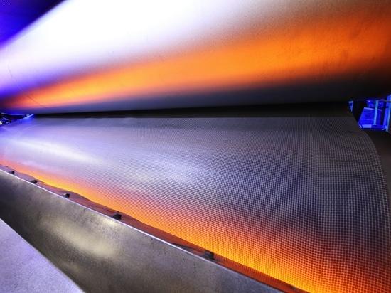 Infrarot-Systeme von Heraeus Noblelight sparen el der Fertigung von Auto-Innenverkleidungen del bei de Zeit del und de Energie.