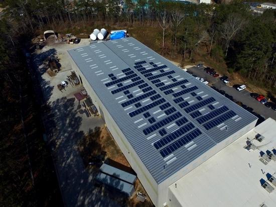 La energía solar reduce las necesidades de la electricidad del fabricante, huella del carbono