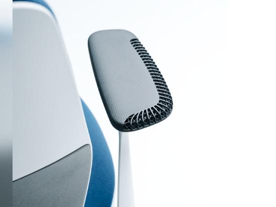 Llamadas de Steelcase en radio rápido y el carbono para crear un reajuste imprimible 3D de su silla de SILQ