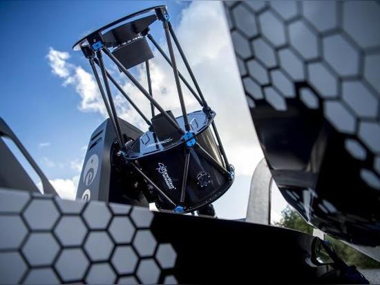 Nissan revela el observatorio móvil – concepto oscuro del cielo de Navara