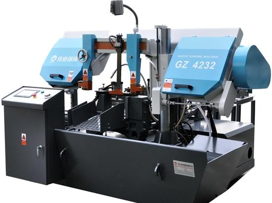Sierra de cinta automática horizontal para corte de metales.