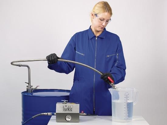 Sistema de extracción de disolventes con manguera de descarga