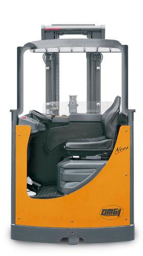 carretilla retráctil eléctrica / con operador sentado de lado / para pasillos estrechos / compacta