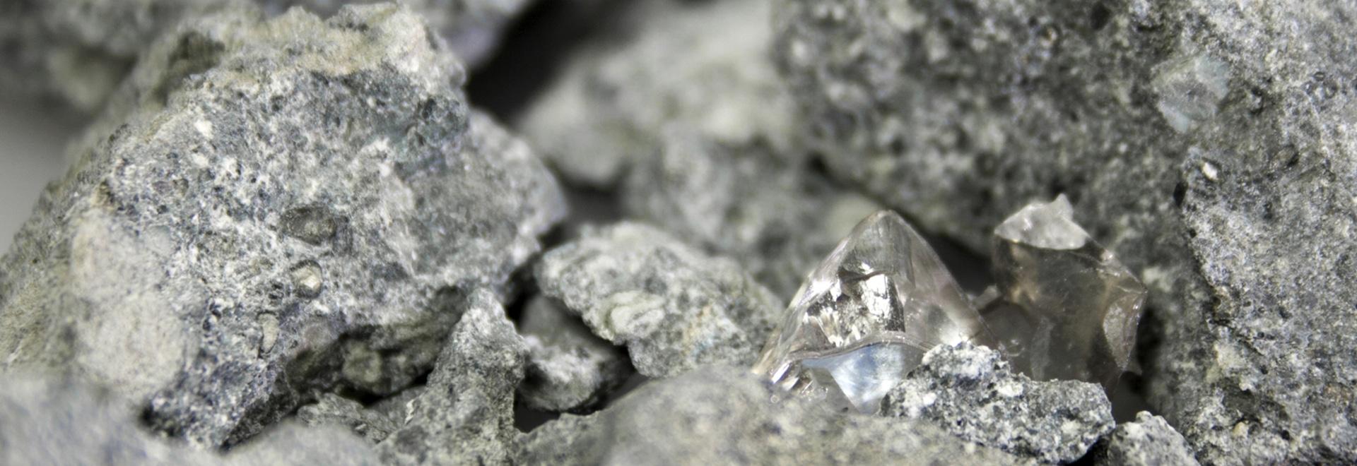 ¿La piedra de la kimberlita transporta los diamantes (de centro derecha) de la tierra? interior de s a la superficie. Ahora una nueva tecnología de la radiografía mantiene la promesa de una extracc...