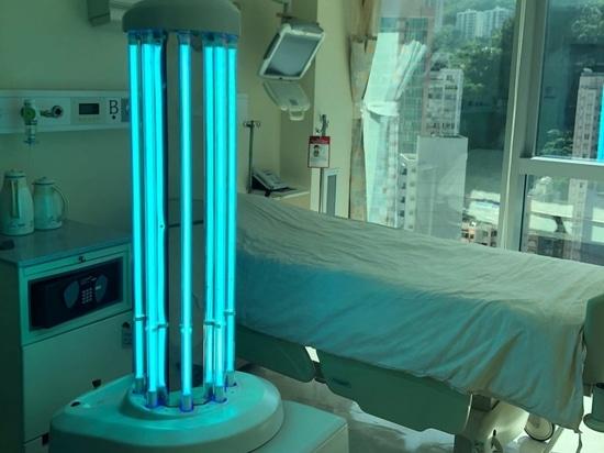 Un robot de desinfección que usa rayos UV en la habitación de un paciente