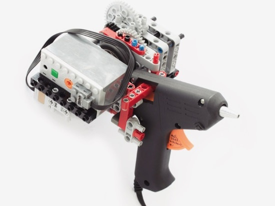 El estudiante crea la impresora handheld 3D usando ladrillos de LEGO y un arma de pegamento caliente